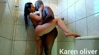 Negro pegou a morena brasileira de jeito na ducha