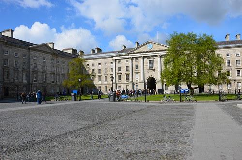 Umschlossen von klassischen Gebäuden präsentiert sich der erste innere Platz des Trinity College