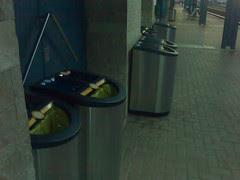Estació de l'Aldea: Papereres de reciclatge