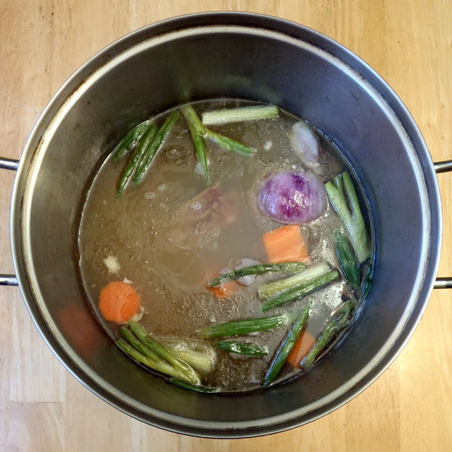 Making Momofuku ramen broth