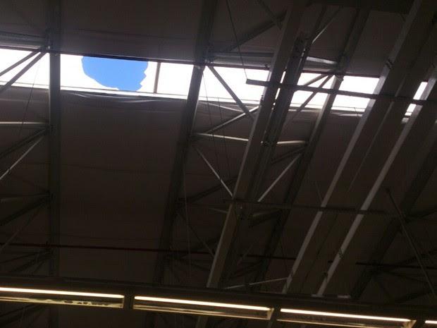 Homem teria caído de buraco no telhado da loja (Foto: Juan Torres / TV Globo)