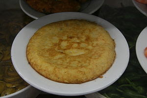 Español: Tortilla de patatas en un plato