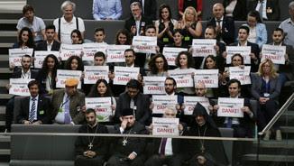 """Membres de la comunitat armènia al Parlament alemany amb cartells que diuen """"Reconeixement ara. Gràcies!"""" (Reuters)"""