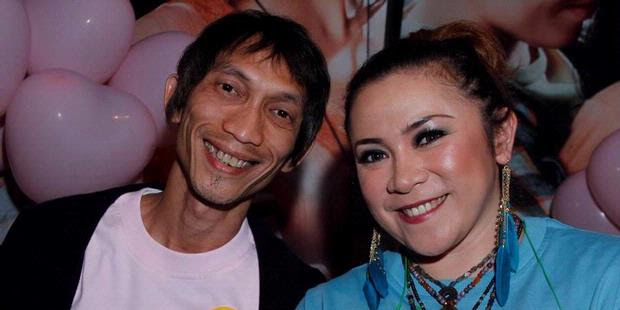http://assets.kompas.com/data/photo/2012/11/09/1542257-melly-goeslaw-dan-anto-hoed-1-620X310.jpg