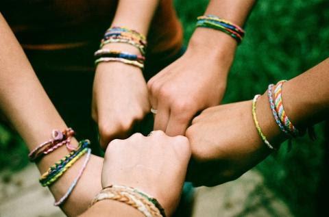 Tự tay chăm chút một món quà handmade nho nhỏ sẽ tạo cho hội bạn thân những bất ngờ thú vị.