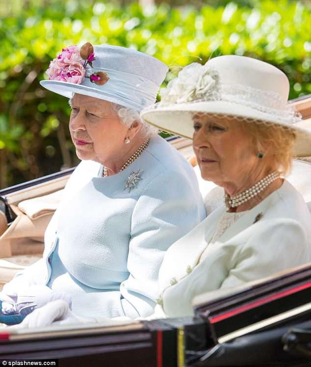 A rainha chegando no Royal Ascot na procissão de carruagem tradicional com a Princesa Alexandra