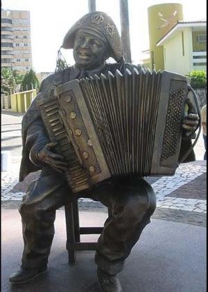 Estátua de Luiz Gonzaga em Campina Grande, na Paraíba. Foto: UOL