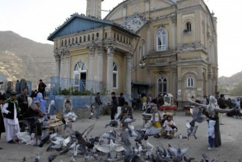 Keseharian warga Afghanistan di Kabul. Memberi makan burung di depan masjid Shah-e-Dushamshera (Ilustrasi)