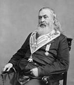 Albert Pike, Soberano Gran Comendador del Rito Escocés Antiguo y Aceptado estadounidense, y jefe de justicia del Ku Klux Klan, portando varias distinciones francmasónicas, Library of Congress, 1877.