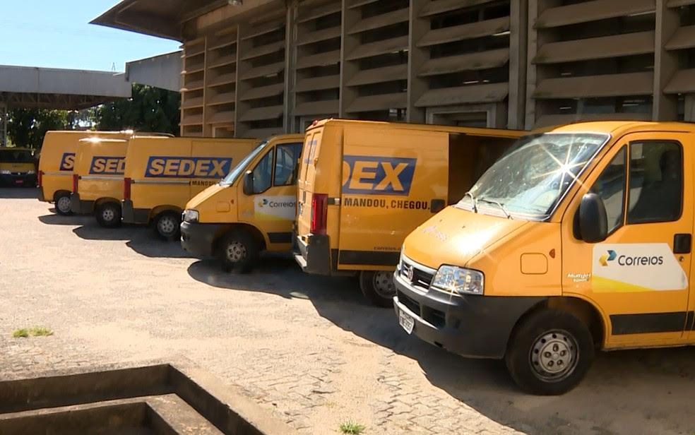 Viaturas que fazem entrega do Sedex dos Correios estacionadas no centro de distribuição, em Campinas (Foto: Erlin Schimidt / EPTV)