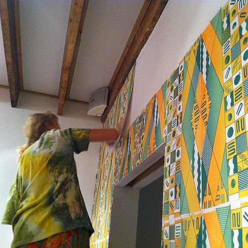 Alicia Nauta installing her wallpaper for #thereadingnook by kdove