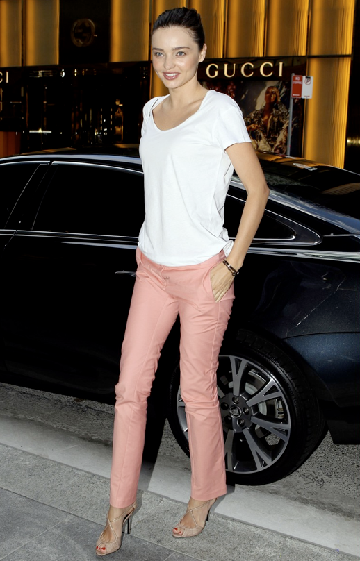 MIRANDA KERR STYLE FASHION SYDNEY WHITE BASIC TEE TSHIRT PINK TROUSERS PANTS NUDE STRAPPY SANDALS HEELS STACKED BRACELETS 6