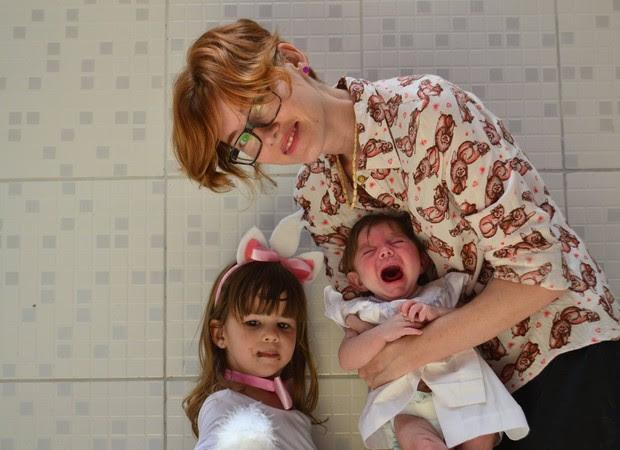 Marília, com Olívia no colo e a filha mais velha, Lina, de 3 anos (Foto: Reprodução/ Facebook)