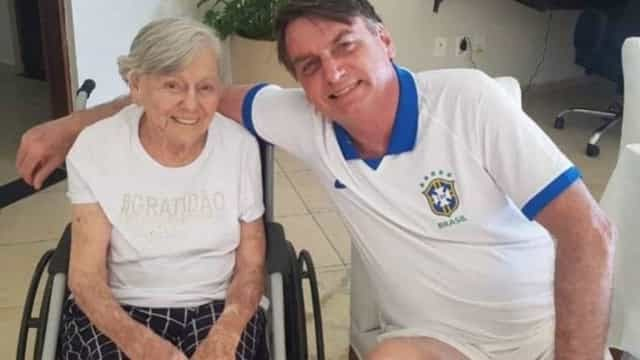 Mãe de Bolsonaro recebe 2ª dose da vacina Coronavac
