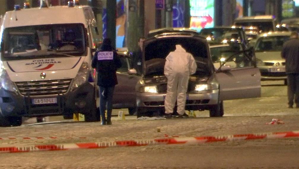 Polícia inspeciona o carro usado pelo agressor que disparou contra policiais na avenida Champs-Élysées, em Paris, na noite desta quinta-feira (20) (Foto: REUTERS/Reuters Tv)