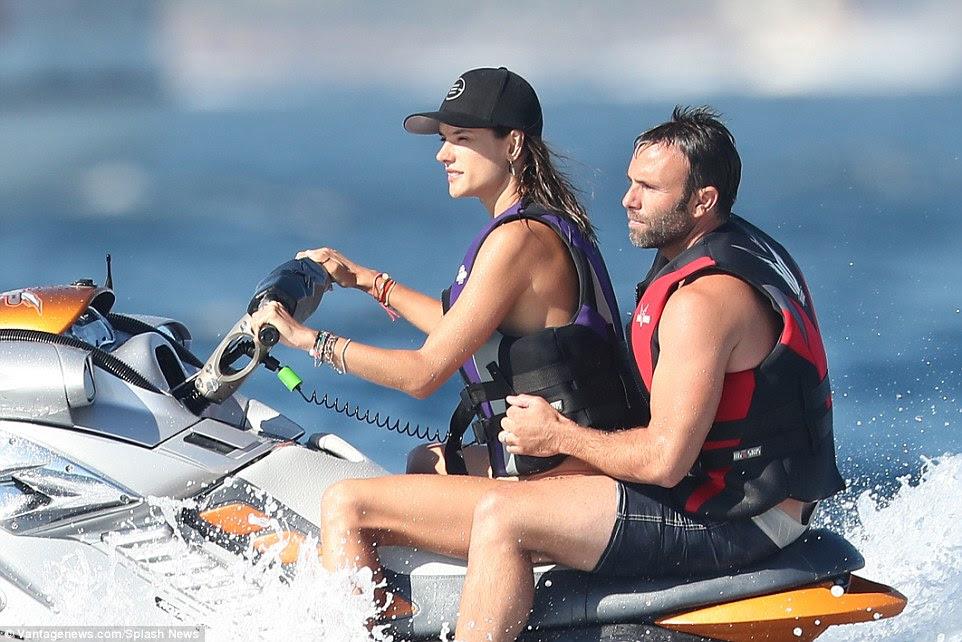 No banco do motorista: Alessandra assumiu como seu marido Jamie Mazur se juntou a ela para um passeio de jetski