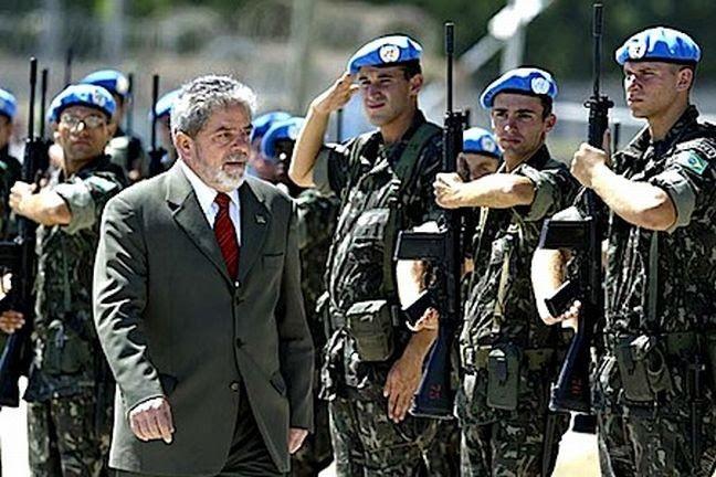 Lula passa em revista a tropa brasileira que embarcava para Haiti  (Foto: Divulgação)