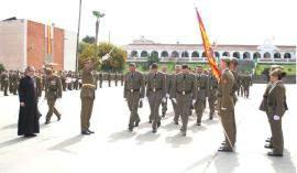 Los reservistas pasan bajo la Bandera