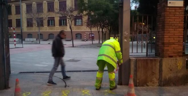 Operarios de limpieza borran las pintadas en la escuela Ramón Llull de Barcelona./ @bcadilla