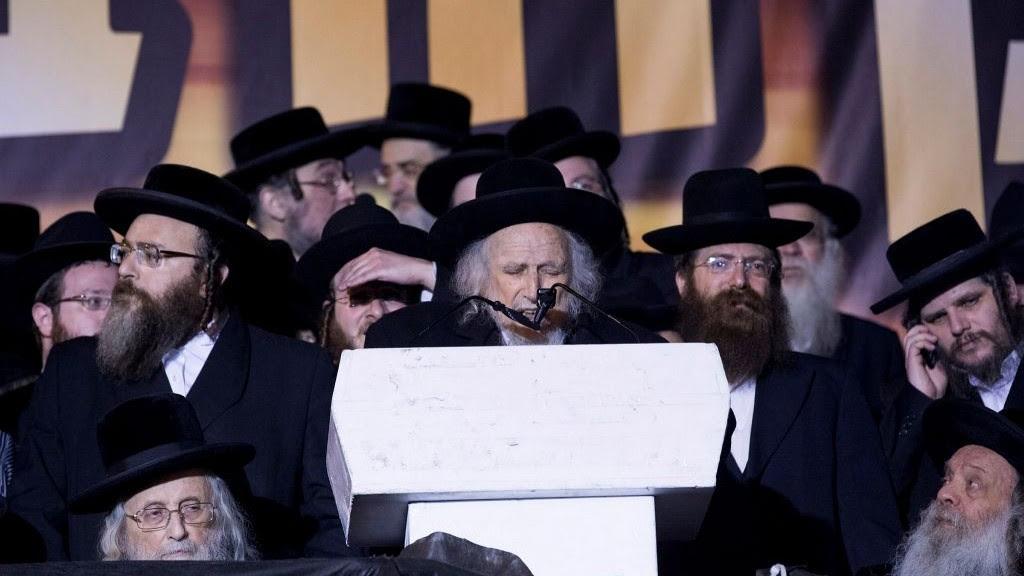 Rabbi Shmuel Auerbach (C) speaks during an anti-draft rally in Jerusalem on March 28, 2017. (Yonatan Sindel/Flash90)