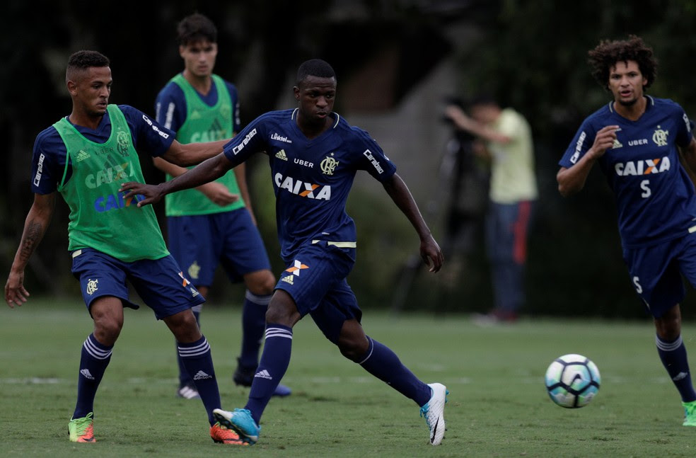 Vinicius Junior em ação em seu primeiro treino no campo com bola com os profissionais (Foto: REUTERS/Ricardo Moraes)