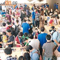 iPhone 5開售後,ifc的蘋果門市總是堆滿人群。