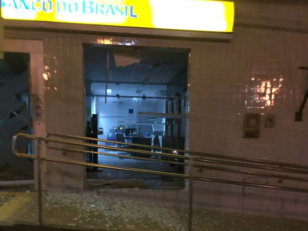 Explosão de cofre destrói parte de agência em Antas, na Bahia (Foto: Carlino Souza/Blog: Carlino Souza )