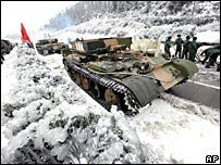 中國解放軍坦克壓碎京珠高速公路冰塊(3/2/2008)