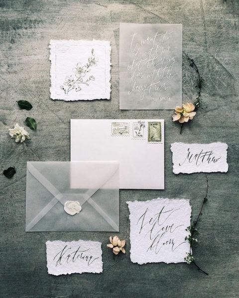 ätherisch-Hochzeits-Einladung-set in weiß und Grau, mit einem rohen Rand, Kalligraphie und einem durchsichtigen Umschlag