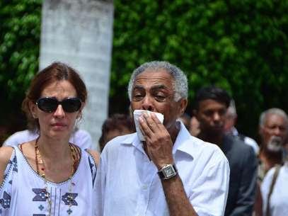 Ao lado da mulher, Flora, Gil chorou ao se despedir da mãe Foto: BA Press/Futura Press