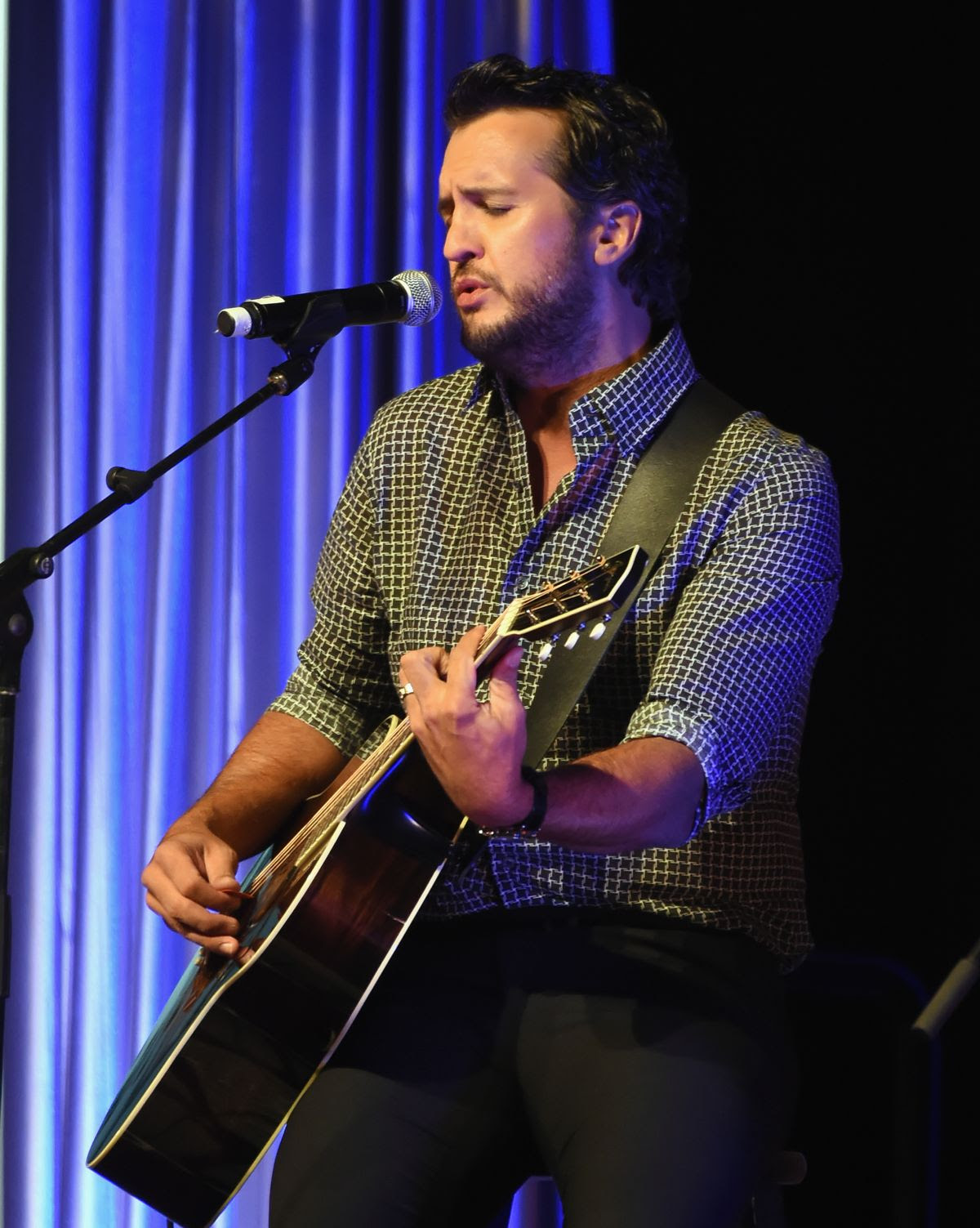 NASHVILLE, TN - OCTOBER 23:  Luke Bryan performs during the 2017 Nashville Songwriters Hall Of Fame Awards at Music City Center on October 23, 2017 in Nashville, Tennessee.  (Photo by Rick Diamond/Getty Images)