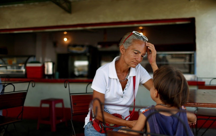 Zulay Pulgar (C), 43, rest in a coffee shop with her son Emmanuel, 4, after standing in line to buy cement in a hardware store in Punto Fijo, Venezuela November 17, 2016. Picture taken November 17, 2016. REUTERS/Carlos Garcia Rawlins     TPX IMAGES OF THE DAY - RTX2V9CQ