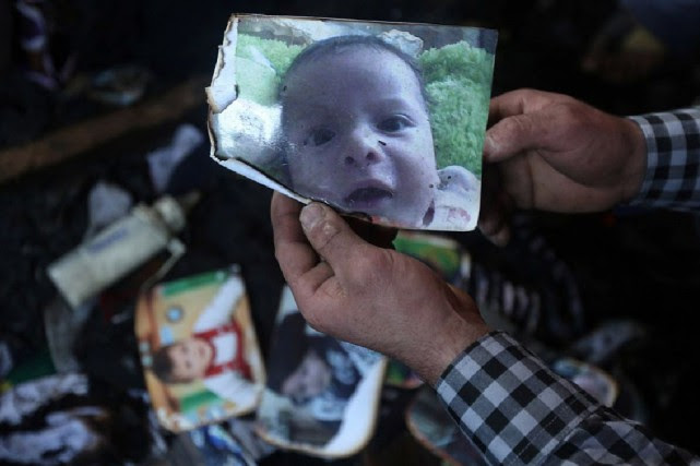 Ali Dawabcheh, 18 mois, et ses parents Saad et... (PHOTO JAAFAR ASHTIYEH, ARCHIVES AFP)
