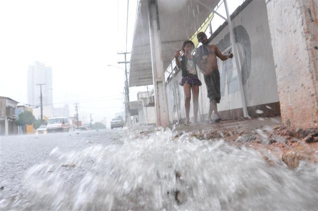 Chuva intensa cai sobre a capital potiguar desde a madrugada desta sexta-feira