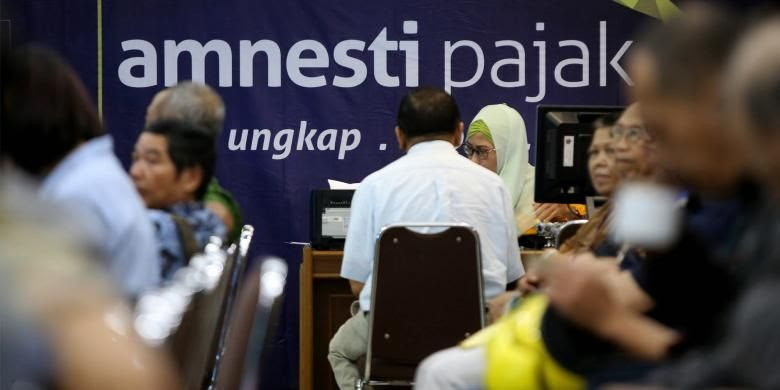 Petugas melayani warga yang mengikuti program pengampunan pajak (Tax Amnesty) di Kantor Pelayanan Pajak Pratama Kebayoran Lama, Jakarta Selatan, Jumat, 30/9/2016.