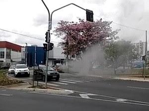 Carro pegou fogo em frente a shopping (Foto: Vanguarda Repórter/Sérgio Dias)