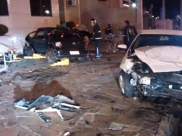 Dois carros batem no Centro de Guarapuava na madrugada de sábado (29) (Foto: Divulgação/ Corpo de Bombeiros)