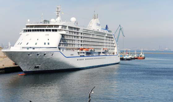 a cruise ship from the us arrived at dalian port in ...