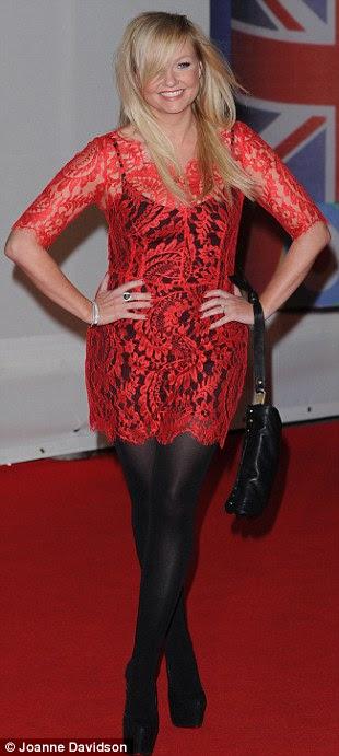 Vestida: Ex-Spice Girl Emma Bunton optou por um vestido de renda vermelha com meias
