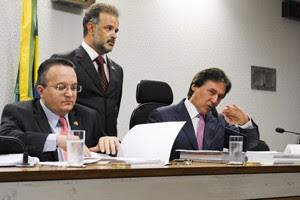 Senador Pedro Taques, relator do processo na CCJ, à esquerda; e o senador Eunício de Oliveira, presidente da CCJ (Foto: Marcos Oliveira /Agência Senado)