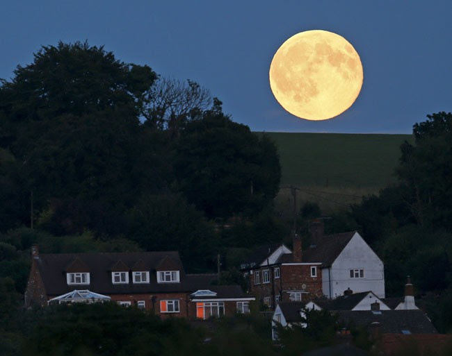 a segunda lua cheia de julho, conhecida como 'Lua Azul', no sudeste da Inglaterra (Foto: Eddie Keogh/Reuters)