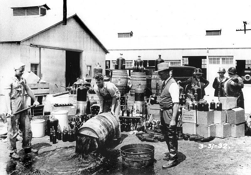 Deputados de Orange County Sheriff de dumping bebida ilegal, Santa Ana, 1932/03/31