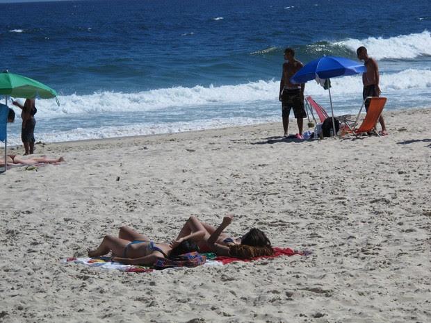 Banhistas se refrescarem na praia de Ipanema em dia de calor (Foto: Marcelo Elizardo/ G1)