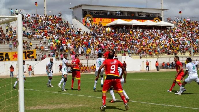Globo FC e Baraúnas disputam a bola em campo (Foto: Jocaff Souza)