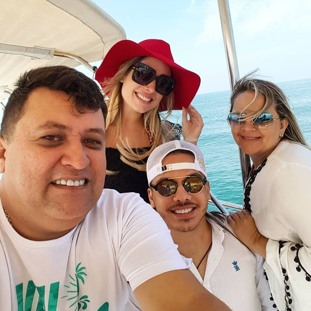 Wesley Safadão, Thyane Dantas, Baratinha (motorista) e a mulher (Foto: Reprodução/Instagram)