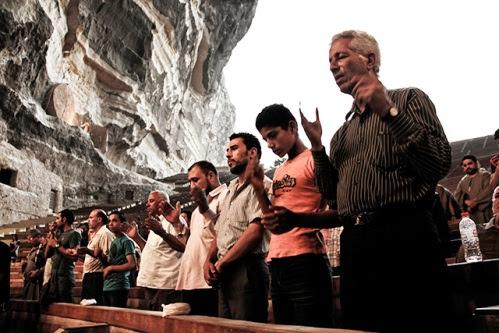 mulsumanes orando en la iglesia del padre samaan
