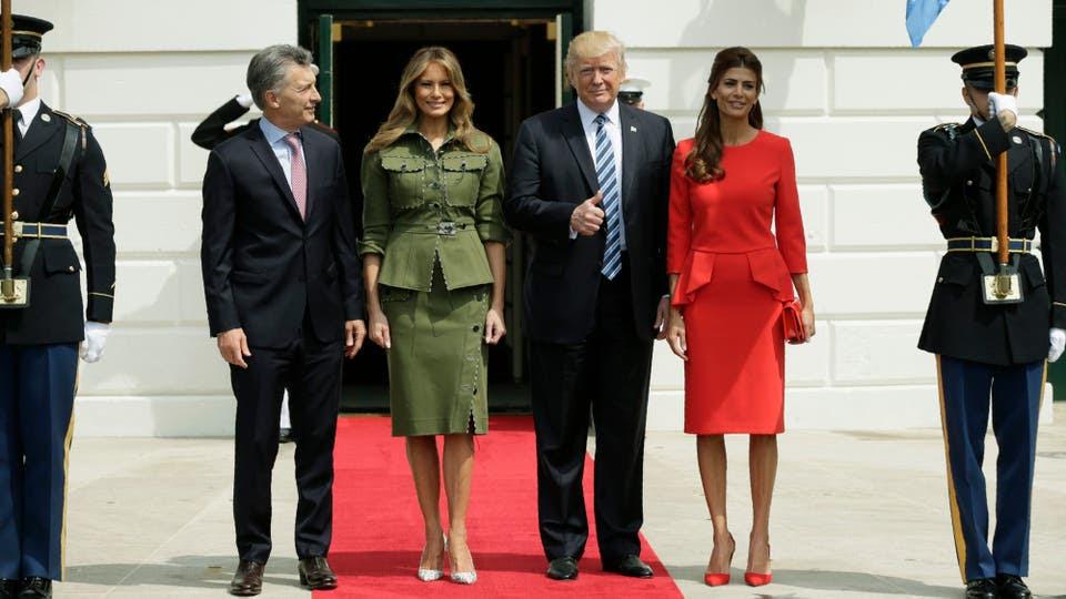El presidente Mauricio Macri llegó a la Casa Blanca para reunirse con su par estadounidense, Donald Trump, para tratar temas como la relación bilateral y la situación política en Venezuela. Acompañado por su esposa, Juliana Awada. Foto: Reuters
