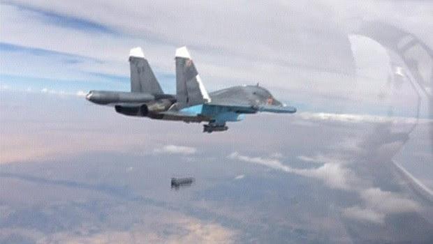 Vião caça russo despeja bomba durante ação na Síria (Foto: Ministério da Defesa da Rússia/Reuters)