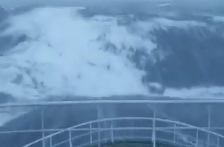 Perierga.gr - Κύμα 30 μέτρων καταπίνει πλοίο στη Βόρεια Θάλασσα
