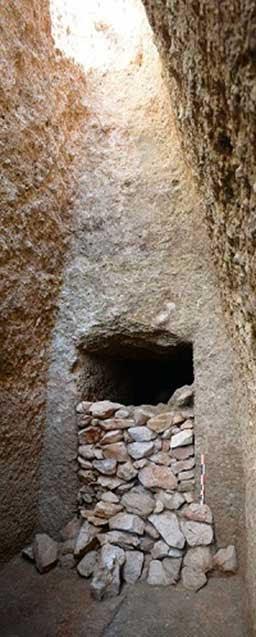 Vista de la fachada de la tumba de la época micénica y la mampostería de piedra en seco que sellaba la entrada. (Ministerio de Cultura y Deportes de Grecia)